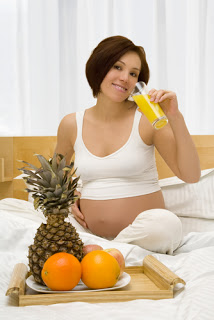 pregnant-woman-in-bed-with-fruit