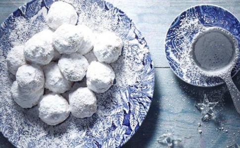 recipe_main_main-recipe-akis-petretzikis-kourabiedes-87141203_29465_glyka_koyrampiedes
