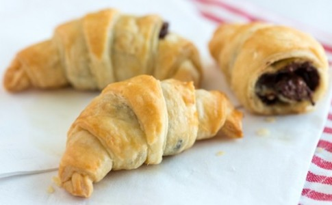 Sinfully-Easy-Chocolate-Croissant-Recipe-1-638x350 (1)