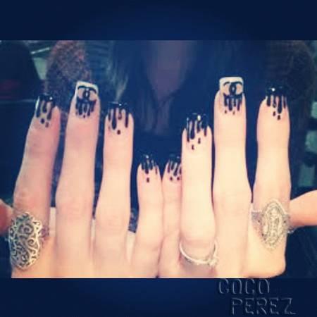 khloe-kardashian-gets-chanel-rain-manicure__oPt