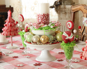 Cheerful-and-cheap-christmas-table-decorations-with-interesting-centerpieces-and-cute-pink-white-napery-with-candy-and-candles-and-white-tray