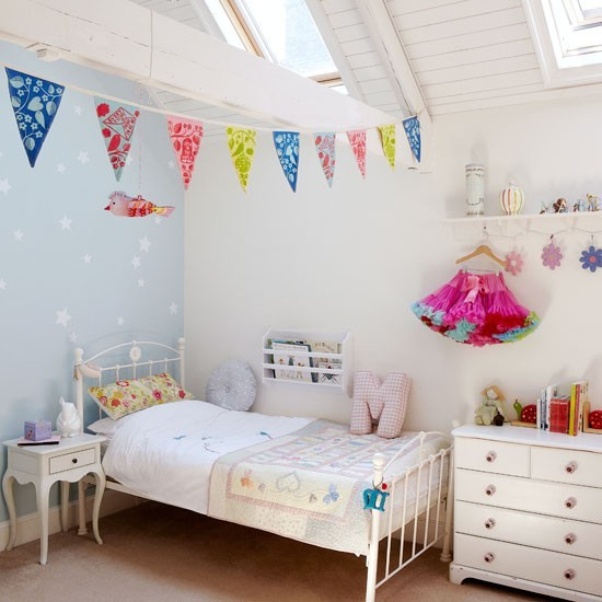 Bedroom-with-blue-wall-and-bunting--Country-Homes-and-Interiors--Housetohome.co.uk