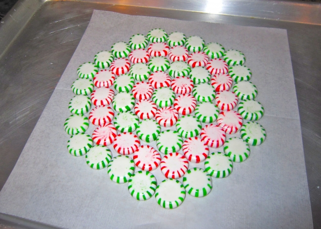 diy_christmas_serving_tray_made_of_candy-3