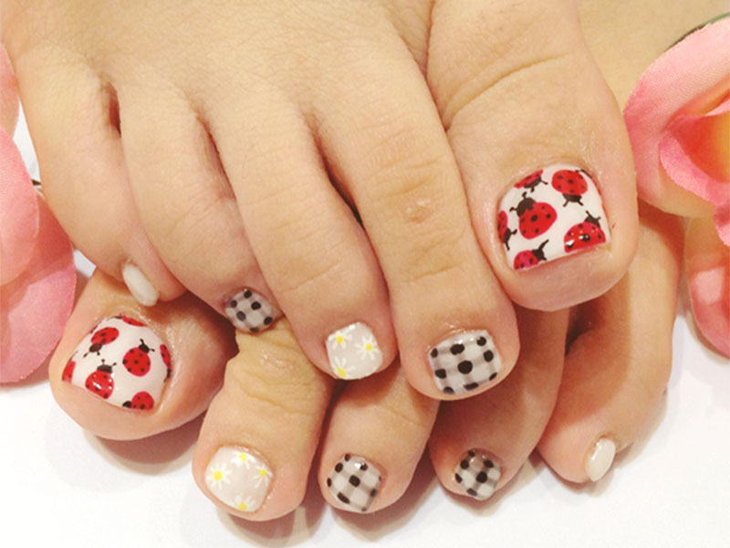 Ladybug-Foot-nails-art-designs-2015-Collection