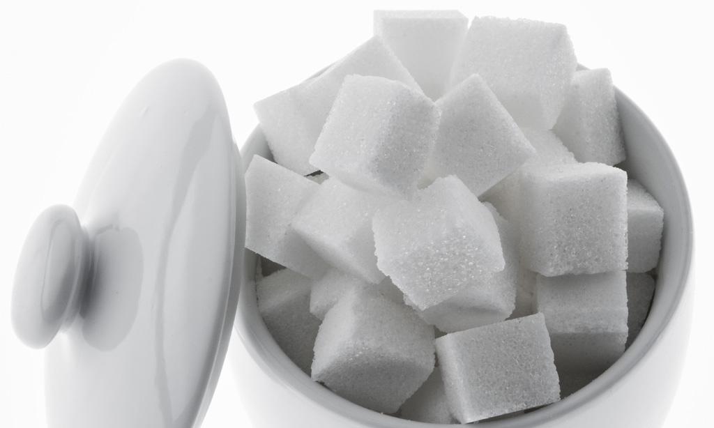 Viele Stücke Zucker zum süßen isloiert auf weißem Hintergrund